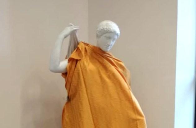 О закрой свои бледные ноги: в Новосибирске к приезду РПЦ занавесили голые статуи