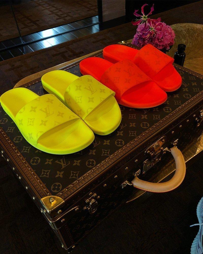 Крид в восторге от своей обновки, даже прикупил для нее фирменный чемодан. Ну не носить же тапки в пакете?