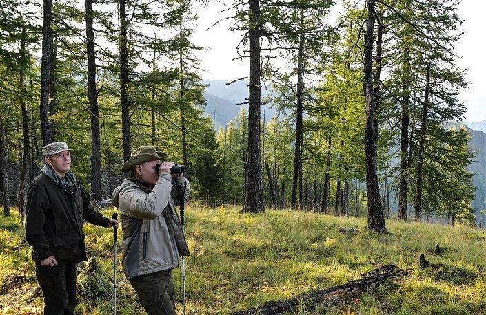 Путин гуляет по лесу вместе с главой ФСБ