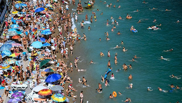 Курортники прибывают на полуостров по Крымскому мосту и через новый аэропорт в Симферополе.