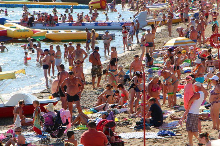 Узкие пляжи Крыма ломятся от отдыхающих. На полуострове курортный бум?