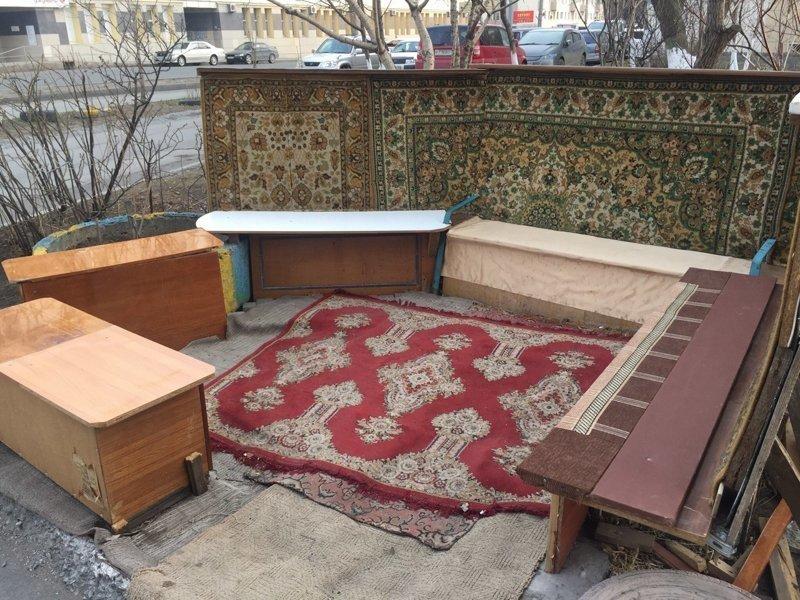 Во Владивостоке из ковров делают открытые веранды