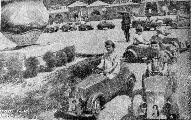 Вот так развлекались малыши на своих машинках в СССР!