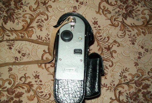 """2. Фотовспышка """"Луч-70"""", прилагалась к фотоаппаратам. В советское время в фотоаппаратах не было батареек, а значит и вспышек."""