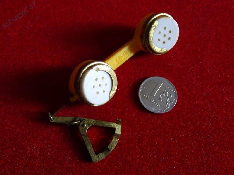10. Оказывается это не маленькая телефонная трубка, а кошелек - брелок-монетница