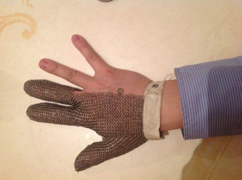 9. Это не часть костюма реконструктора, а всего лишь перчатка мясника