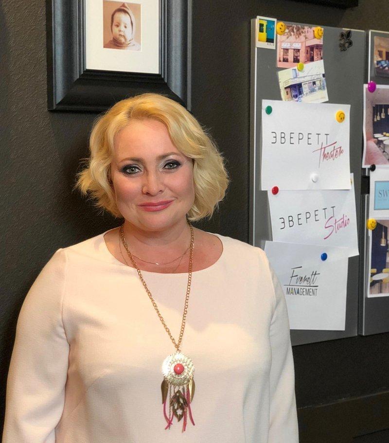"""46-летняя звезда сериала """"Интерны"""" увлеклась молодежной субкультурой"""