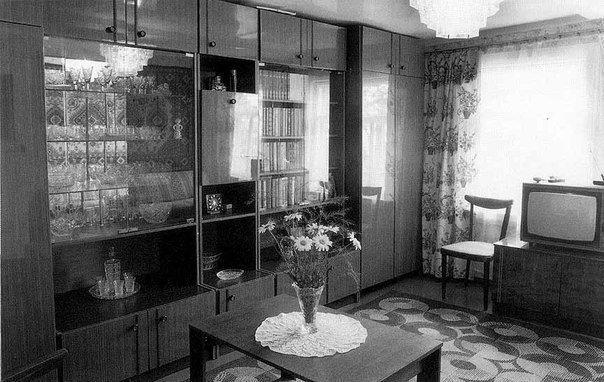 """В 70-х в советских квартирах любили """"стенки"""". Такой интерьер встречается в """"бабушкиных"""" квартирах до сих пор"""