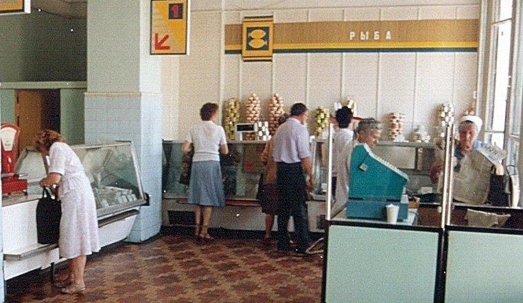 А вот так выглядел обычный магазин в 90-х, скучно и грустно