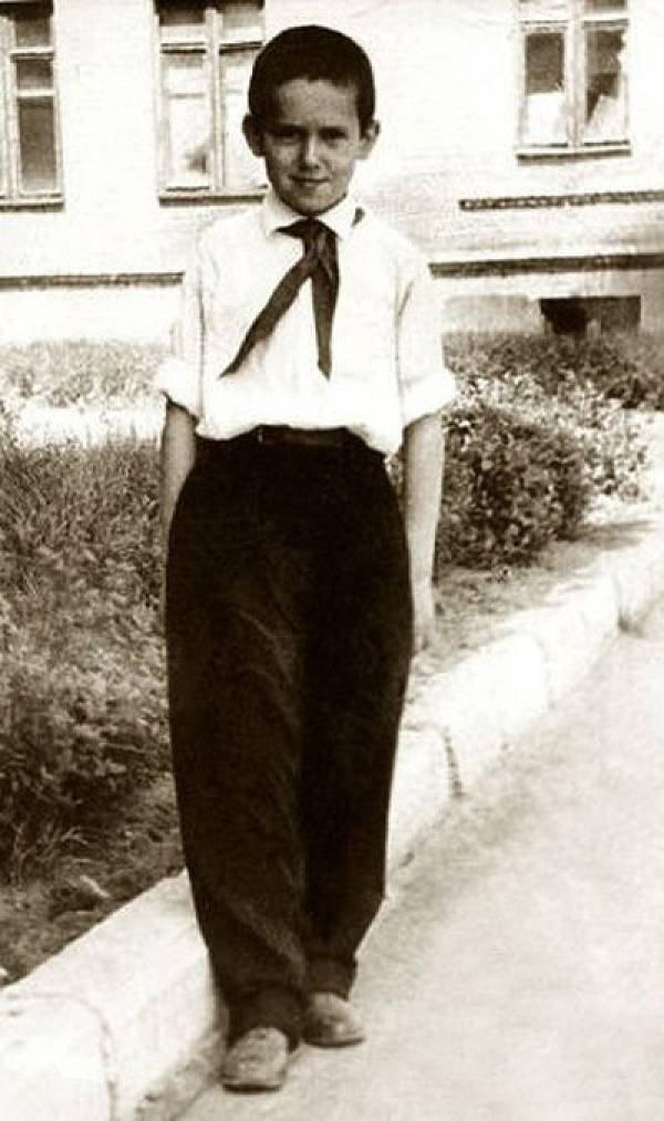 А вот и сам Стас Садальский, пионер!