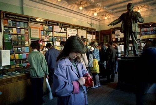 В Советское время любили читать - поэтому очередь за книгами была в порядке вещей