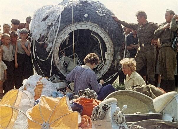 Первая женщина-космонавт Валентина Терешкова приземлилась в Алтайском крае, 1963 год. Прическа - в порядке.