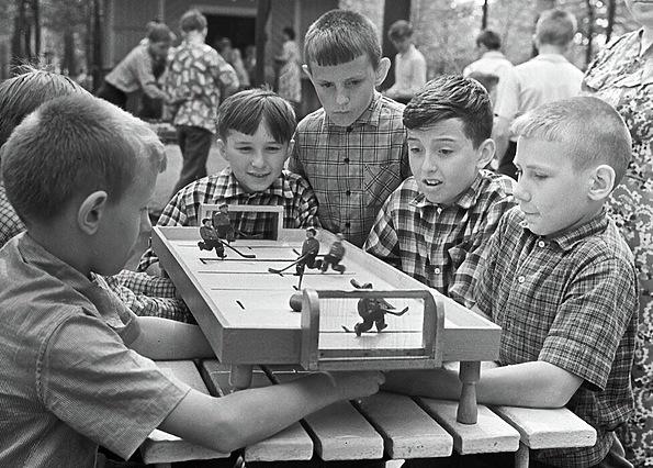 Настольный хоккей в парке Горького, 1963 год