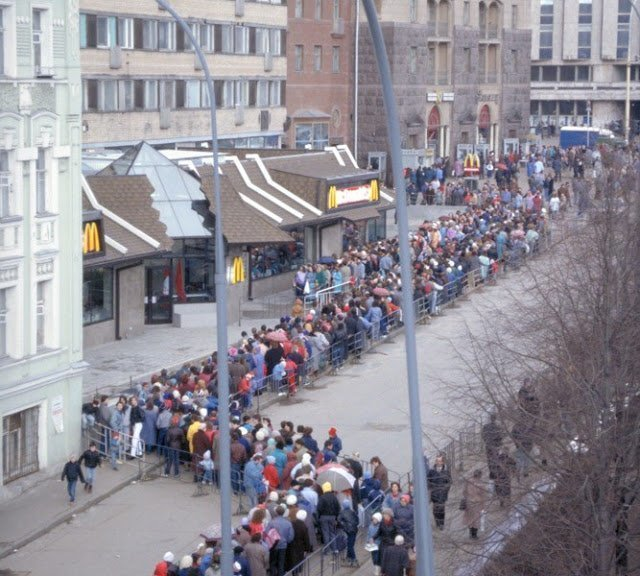 """Некоторые гости столицы специально ходили к """"Макдоналдсу"""" посмотреть на очередь: пожалуй, подобной популярностью ресторан фастфуда не пользовался нигде в мире."""
