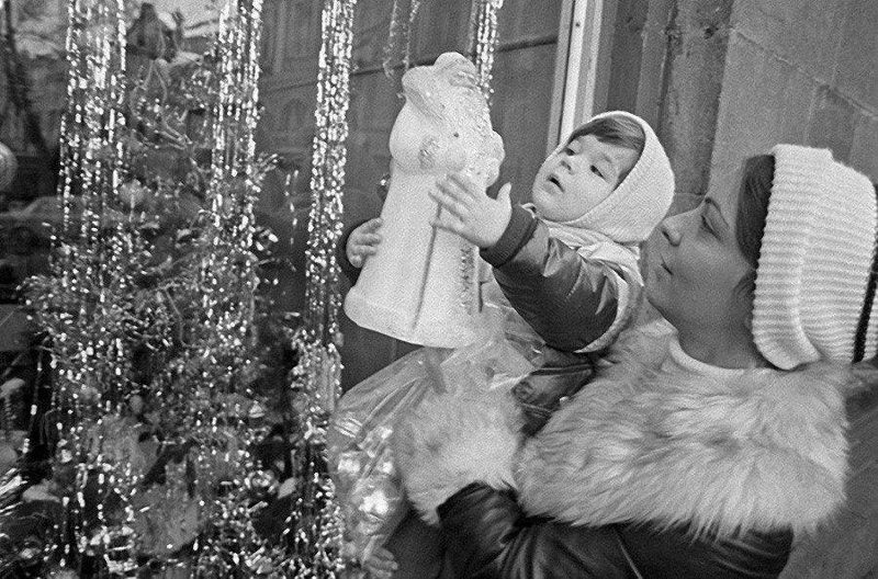 Мама с дочкой покупают Деда Мороза, 1981 год