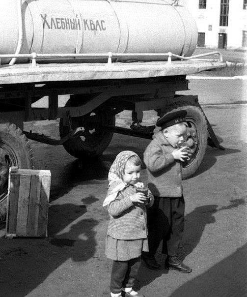 Конечно же, первым делом, бочки с квасом, где стояли очереди, а родители посылали детей с дибонами и бутылями за этой прекрасной, охлаждающей жидкостью