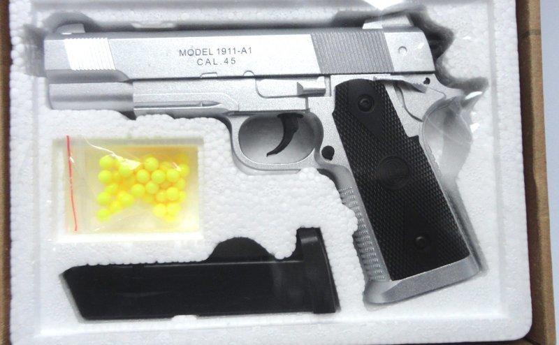 Такой пистолет с пульками не сложно было перепутать с настоящим