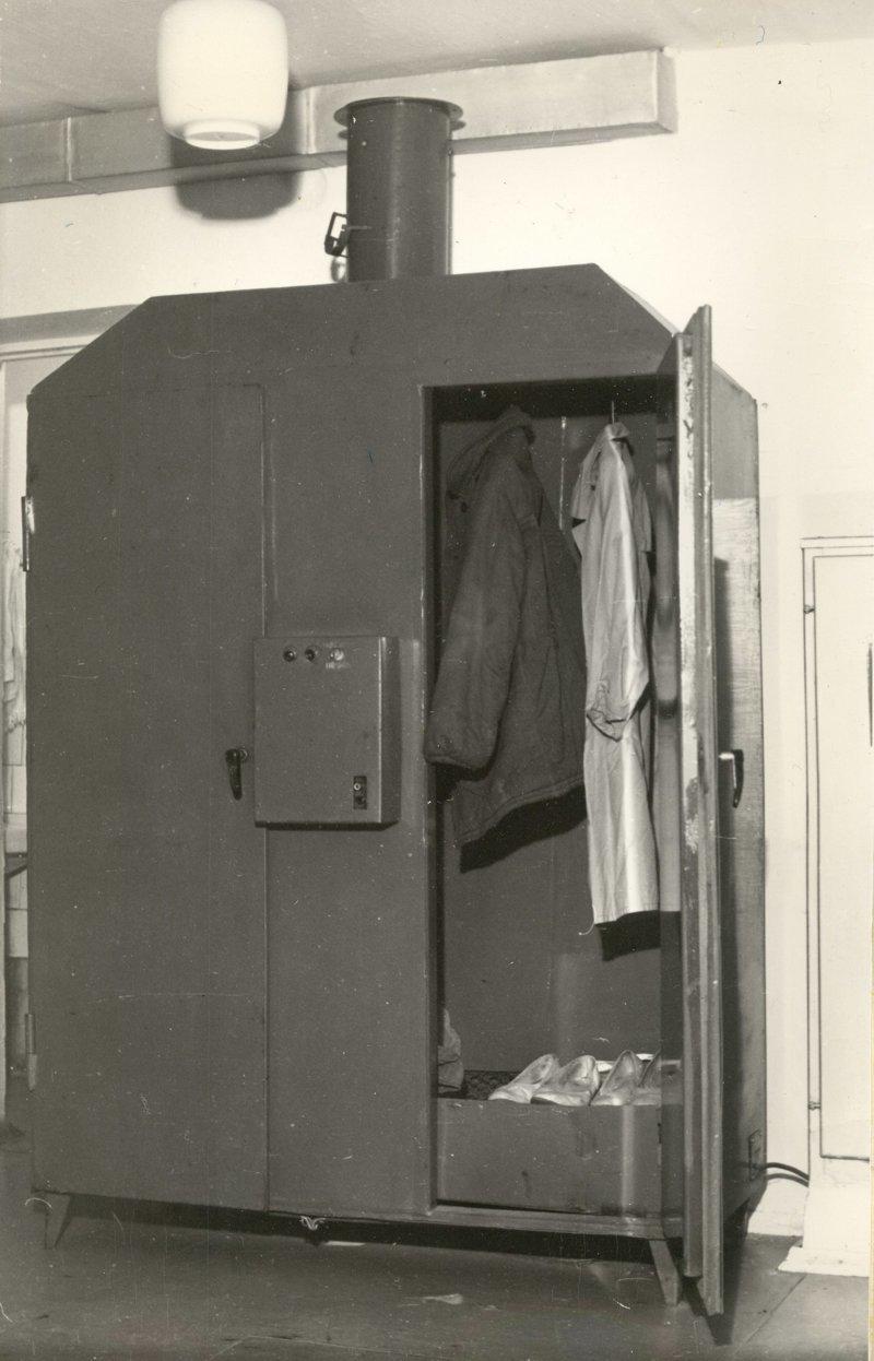 Здесь все предусмотрено: в этом специальном шкафу сушили одежду почтальонов