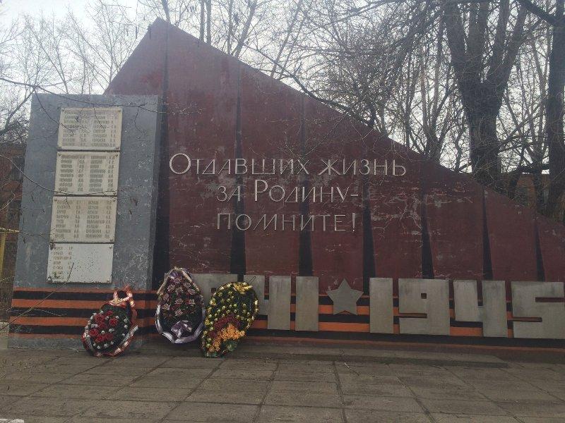Так выглядела стела до разрушения, люди приносили к ней цветы ВОВ, Великая отечественная война, вандализм, воронеж, памятник