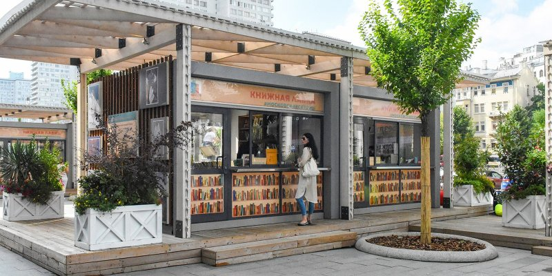 «Букинист» - это первый московский книжный фестиваль такого уровня. Его основные мероприятия развернулись на четырех площадках Нового Арбата, в самом центре столицы. Планируется, что мероприятия фестиваля продлятся еще месяц.