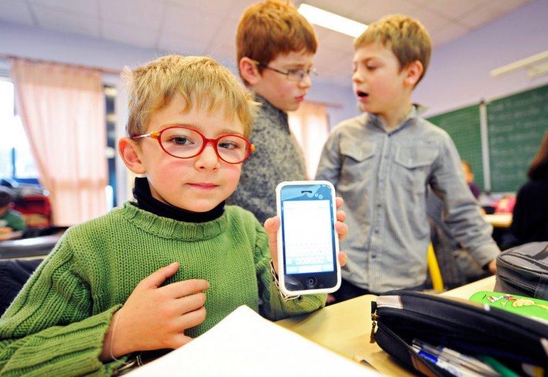 """Маме легче: Школьникам запретят носить на уроки электронные """"девайсы"""""""