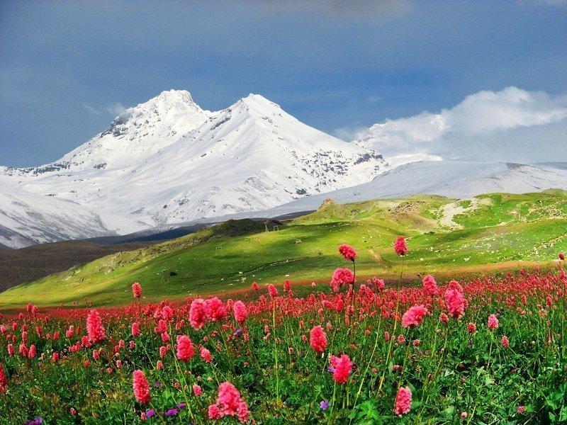 Вулкан Эльбрус, самая высокая гора Европы