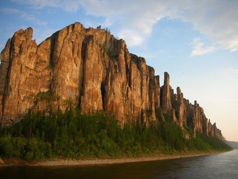 Итак, приступим к изучению наиболее красивых мест нашей необъятной родины. На этом фото Ленские столбы в Якутии