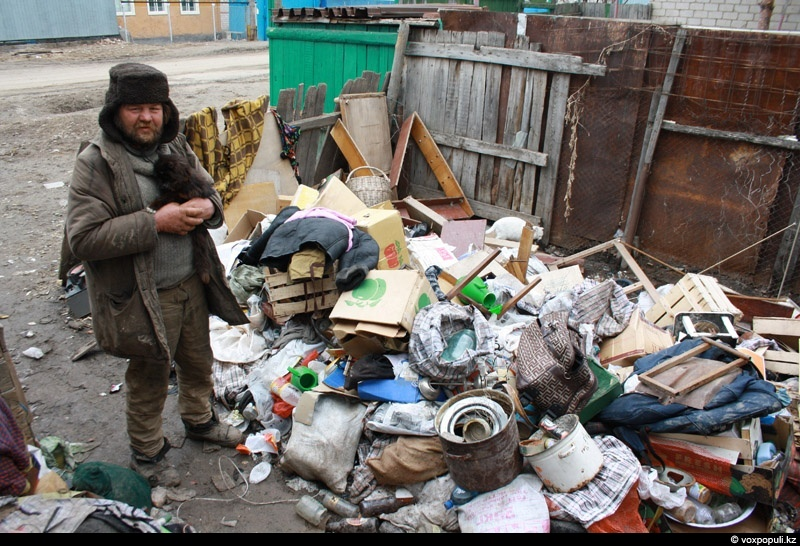 Не весь мусор доезжает до большой помойки, в порядке вещей выкинуть его где-нибудь по дороге, на радость лицам без определенного места жительства