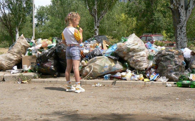 В некоторых российских городах свалки стали такими большими, что вплотную приблизились к жилью, и даже к школам