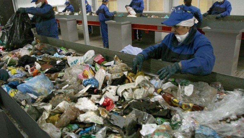 Так выглядит в России сортировка мусора. Это тяжелая и неблагодарная работа