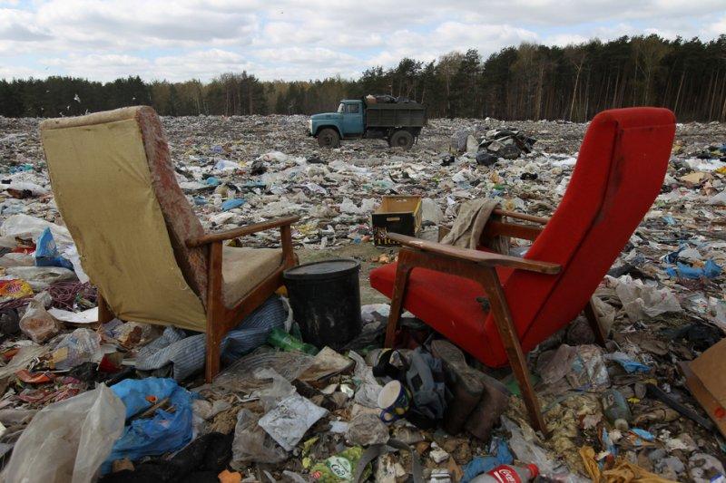 Но почти весь мусор попадает на свалку не сортированным... Чего только тут не найдешь!