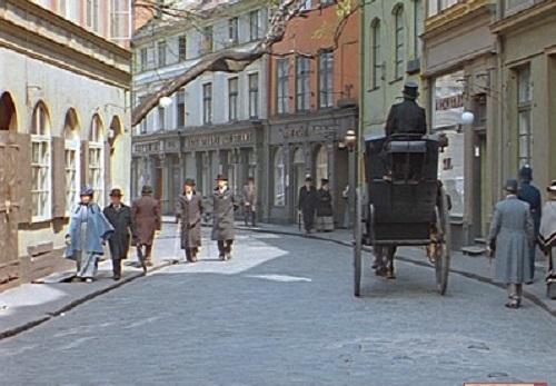 Достаточно провести только несколько параллелей, что понять, что никакой Англией в фильме и не пахнет. Например, это Бейкер стрит, где находился дом Холмса