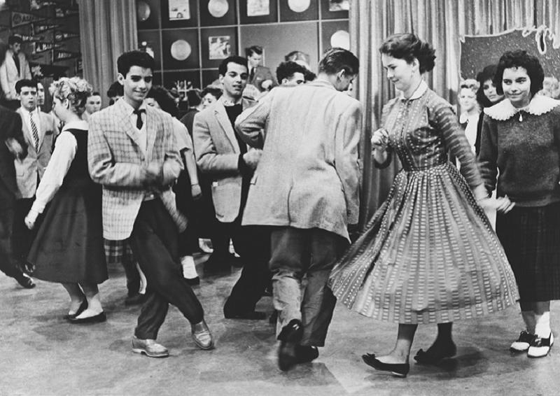 8. Советская молодежь любила похохотать на танцах, ведь музыка была не частым гостем