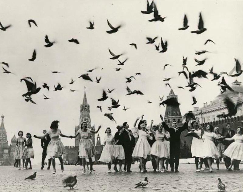 """3. Образование в СССР стало всеобщим, и молодые люди радовались, когда получали """"корочки"""""""