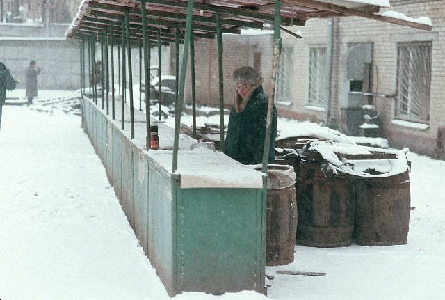 Иногда Москва зимой не оставляет никакой надежды.. Почему эта женщина продолжает продавать свои баночки на пустом рынке?