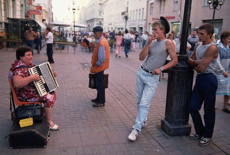 В Москве на Старом Арбате шла бурная общественная жизнь...
