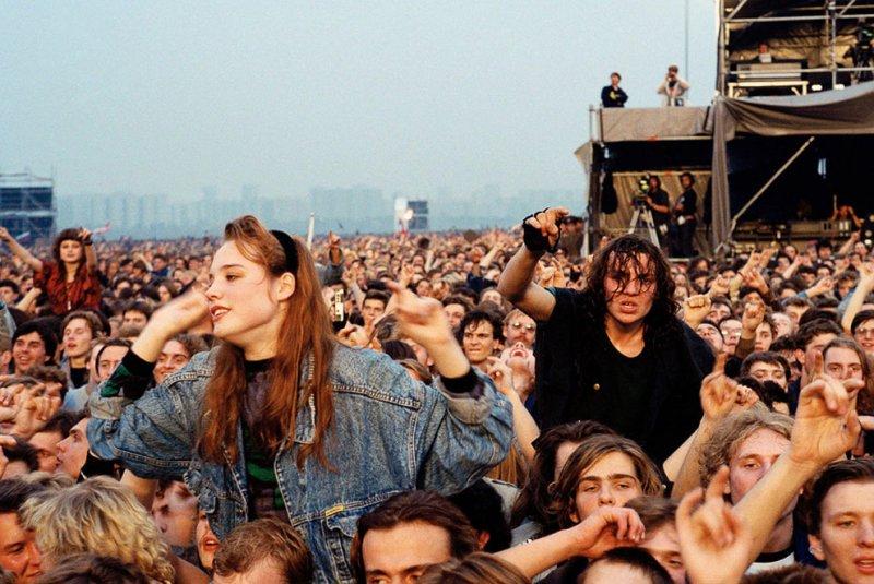 Полные стадионы, беснующиеся под рок-музыку, стали совсем обычным явлением