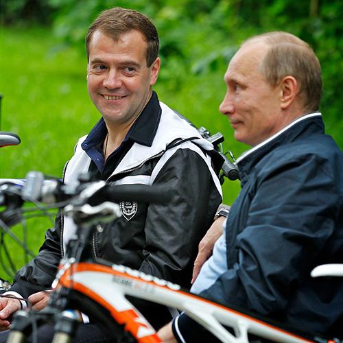 Катание на велосипедах в Горках, 2011 год дружба, медведев, путин, тандем