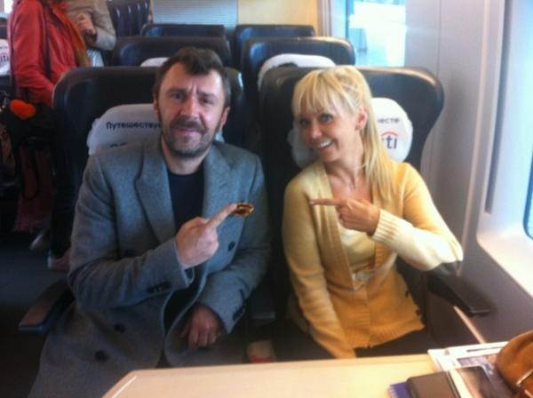 Вторая жена – Светлана Костицына, менеджер группы 90-х «Пепси» От нее у Шнурова сын Аполлон.