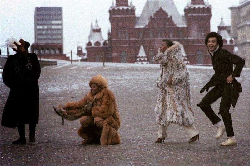 Жарят огурцы, греют холодец и режут пельмени. Чем еще удивляют россиян туристы?
