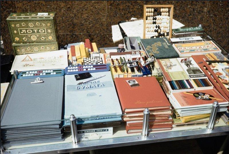 Канцелярия, книги, бумаги. Советские люди стремились к учебе