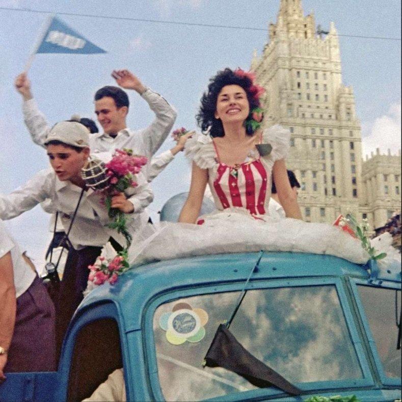 В 1957 году Москва принимает фестиваль молодежи и студентов... Сколько чудесных открытий