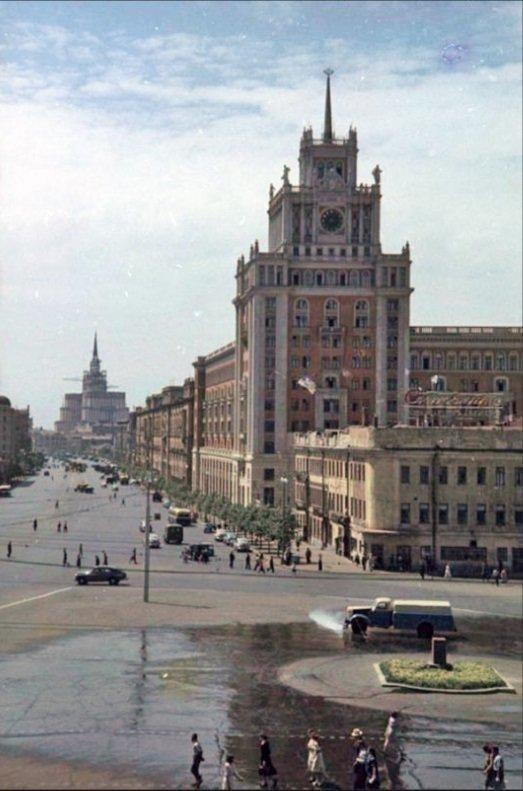 Москва имела торжественный вид, сообщающий о наступлении эры пролетариата