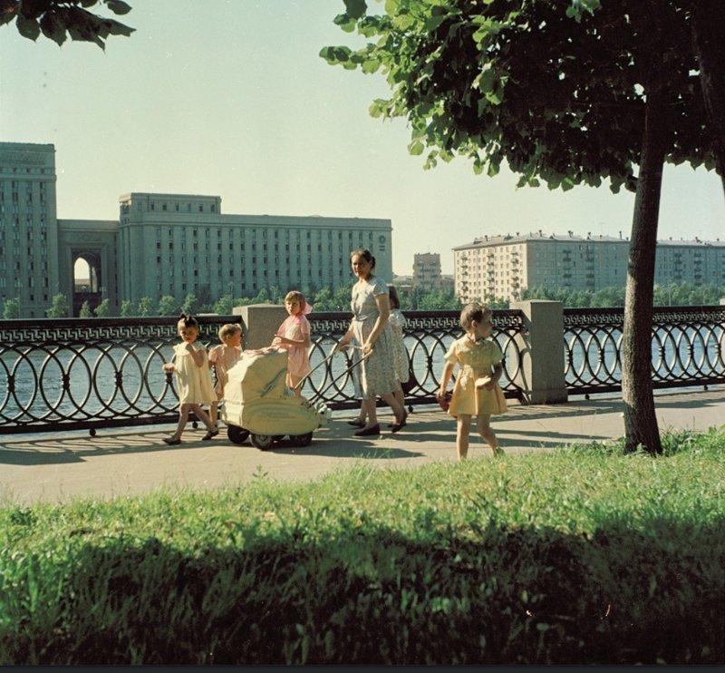 Многодетная семья наслаждается летним днем на набережной Москва-реки