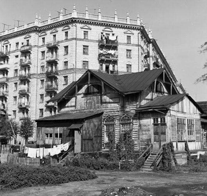 Остатки деревянного зодчества соседствуют и контрастируют в новым строительством