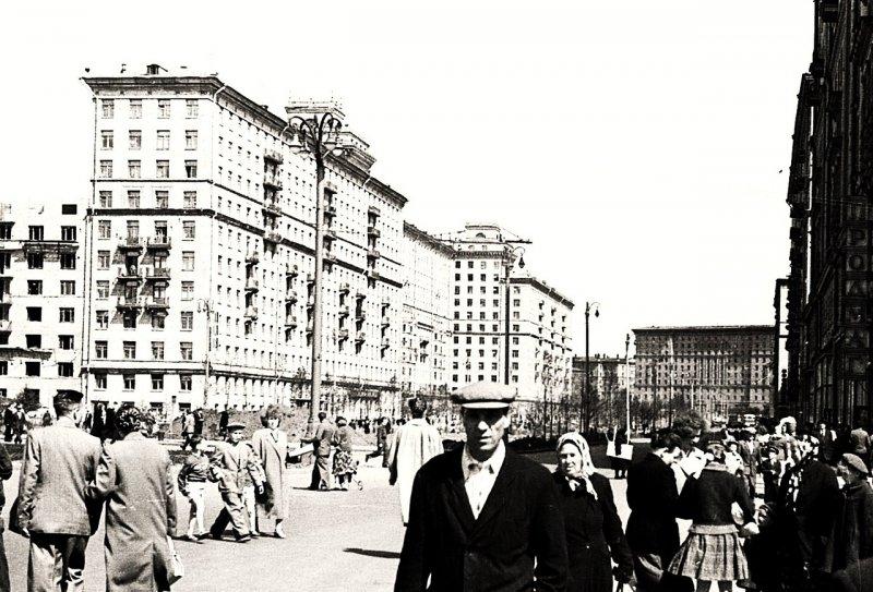 На улицах гуляло много людей