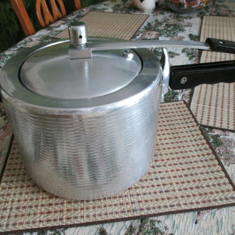 А так выглядела советская скороварка. Блюда в ней готовились быстро и получались очень вкусными.