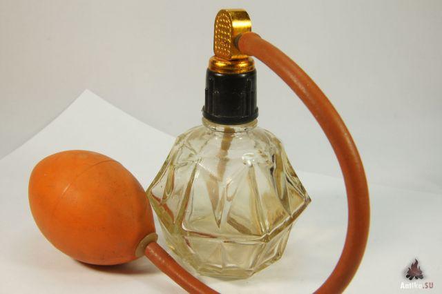 Никакая это не клизма, а парфюмерный пульверизатор, причем мужской вариант.