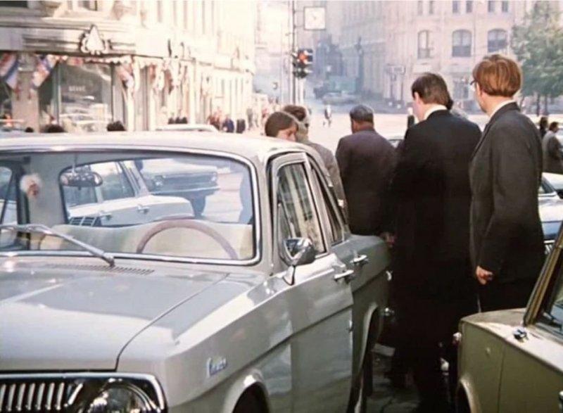 У Самохвалова Волга первой серии, но не самая ранняя. Через несколько лет после начала производства зеркало заднего вида перенесли с крыла на дверь. А на самых первых Волгах зеркало располагалось на левом переднем крыле.