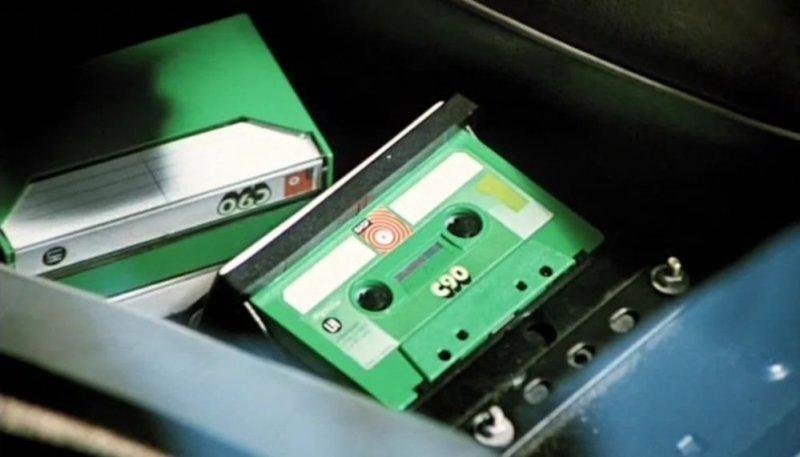 Компакт-кассета была представлена в 1963 году корпорацией Philips. Относительно дешевая и удобная в обращении компакт-кассета долгое время (с начала 1970-х до конца 1990-х годов) была одним из самых популярных аудионосителей.